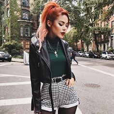 Pull vert et short à carreaux Luanna Perez - - Punk Outfits, Mode Outfits, Grunge Outfits, Fall Outfits, Casual Outfits, Fashion Outfits, Fashion Mode, Grunge Fashion, Fashion Edgy