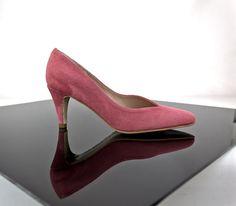 Escote pico en la pala de estos zapatos medios en el/los color/es que desees