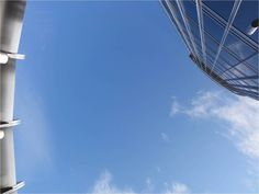 Quand on lève la tête du 124e étage : du ciel bleu et encore des étages...