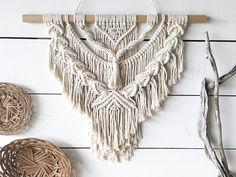 Llevar un estilo hippie/bohemio en tu casa con este colgante de pared de tamaño medio. Hecho con cuerda de algodón 100% natural de 6 mm., marfil. Colgado en una clavija de madera o rama. El palo mide aproximadamente 24. Macrame mide alrededor de 18 de ancho por 20 de largo (no incluyendo