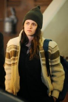 """Kristen Stewart  no set filmando cenas para seu próximo filme """"Anesthesia""""  na segunda-feira à noite (04 de novembro), em Nova York."""