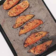 Who else love sweet potatoes? 🙋🏻 Read about recovery-meals on the blog! Link in bio. --------------------------- • 3 sweet potatoes • Roast in the oven for 50min on 200 degrees. DONE! #hannaoeberg rostad sötpotatis grillad