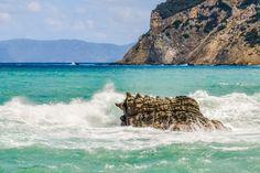 Smešten između Skijatosa i Alonisosa, Skopelos nam je svima najviše poznat po scenama iz poznatog mjuzikla Mamma mia. Ako ste avanturista eto prilike daistražite manje poznate delove Grčke u koje, složićete se, spada i ovo ostrvo.