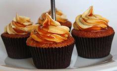 Saltet karamel cupcakes med karamel frosting