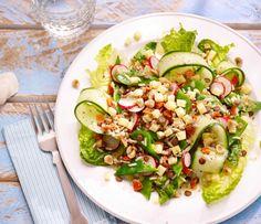 De linzensalade met peultjes & hazelnoten sluit aan bij de healthy lifestyle. Een bron van eiwitten en vezels. Hazelnoten en peultjes passen perfect bij de linzen en het geheel is naast lekker en gezond ook nog eens in een handomdraai op tafel! Dit Lekker in een handomdraai-recept maak je natuurlijk met Lassie Zilvervliesrijst en Lassie Linzen. Een verantwoord en gezond recept van Lassie! Bekijk dit recept en meer lekkere salade recepten op lassie.nl! #opjebord #linzensalade Salads