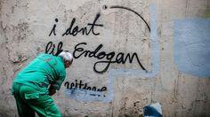 """Εργαζόμενος στο δήμο καλύπτει αντικυβερνητικό γκράφιτι στην Κωνσταντινούπολη. """"Κάθε μέρα φέρνει νέα και ανησυχητικά στοιχεία καταπίεσης και παραβιάσεων των ανθρωπίνων δικαιωμάτων στην Τουρκία"""" γράφει η Susan Munroe του Ιδρύματος Freedom From Torture.  http://socialpolicy.gr/2016/07/%cf%84%ce%bf%cf%85%cf%81%ce%ba%ce%af%ce%b1-%cf%83%ce%b5-%ce%ba%ce%af%ce%bd%ce%b4%cf%85%ce%bd%ce%bf-%cf%84%ce%b1-%ce%b1%ce%bd%ce%b8%cf%81%cf%8e%cf%80%ce%b9%ce%bd%ce%b1-%ce%b4%ce%b9%ce%ba%ce%b1%ce%b9.html"""