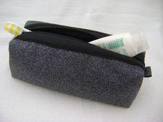 Nécessaire feita em tecido dublado e forrada com nylon.   Mede aproximadamente 20cm de largura, 6cm de altura e 8cm de profundidade. R$ 30,00
