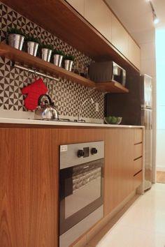 Cozinha pequena com armário de madeira e fogão embutido de SP Estudio - Viva Decora