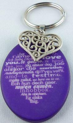 Für diesen Schlüsselanhänger habe ich eine ovale Polaris scheibe, in der Farbe dunkel lila, mit Herzmotiv ausgewählt. Diese habe ich mit einer Collier