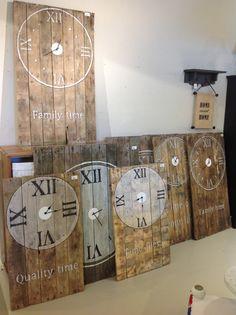 Hele grote klokken van oude pallets.