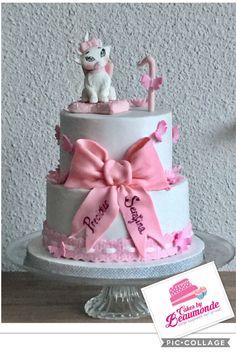 Poes Minou (of Marie) taart / cake. Wit met roze en een grote strik van modelleer chocolade. Een lief kantje onderaan en wat vlindertjes en bloemen.