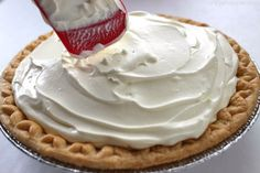 banana pie This Easy Banana Cream Pie is one of my favorite quick and easy desserts. Since we use a store-bought crust and instant banana pudding, it can be made in a jiffy. Easy Pie Recipes, Quick Easy Desserts, Delicious Desserts, Cake Recipes, Dessert Recipes, Banana Cream Pudding, Easy Banana Cream Pie, Banana Pie, Sweets