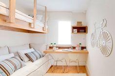 Fixada em dois lados da parede, a cama superior deste quarto também é sustentada por cabos de aço revestidos por madeira