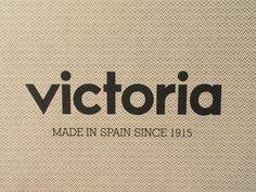 """Calzados VIctoria una historia de amor   Quién no ha llevado en su infancia unas zapatillas Victoria?  Recuerdo haber tenido zapatillas de loneta Victoria desde que era bien pequeñita. Mi madre me las compraba en diferentes colores e incluso una conocida suya me customizó unas pintándolas con algún motivo infantil -creo que eran unas fresitas- a juego con una camiseta. Bueno entonces no se utilizaba la palabra """"customizar"""" pero todos me entendéis. Eran cómodas de llevar y fáciles de…"""