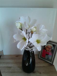 Černobílá+aranžmá+s+magnolií+Moderní+černobílá+aranžmá+s+magnolií.+Výška+dekorace+40cm,délka+21cm,šířka+15cm. Vase, Home Decor, Floral Arrangements, Decoration Home, Room Decor, Vases, Home Interior Design, Home Decoration, Interior Design
