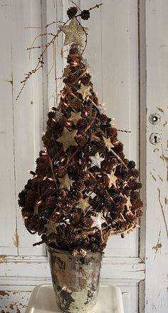 Love this rustic pine cone christmas tree.  Were I in my previous home I'd have a bumper crop of resources dropping all over my backyard right now.  Miss it.  Pinecones are such beautiful accents to decorate with year round.  Thanks to Holly Ledingham for helping me discover this little treasure.  -- Eve.