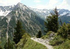 Abstieg vom Strausberg zum Straussattel, Blick zur Rotspitze und Nebelhorn (rechts flacher Berg) - Wanderinfos: http://pagewizz.com/sonthofen-imbergerhorn/