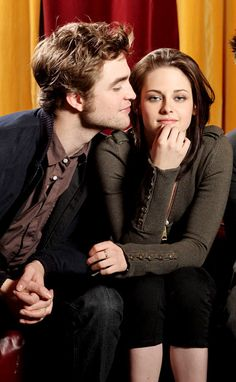 Twilight stars Robert Pattinson & Kristen Stewart get married in their real life - Robert Pattinson and Kristen Stewart are apparently set to get married this year. The Hollywood stars picked Katy Perry as one of their bridesmaids. Saga Twilight, Twilight Edward, Twilight Stars, Twilight Cast, Edward Bella, Twilight Pictures, Twilight Movie, Vampire Twilight, Robert Pattinson Twilight