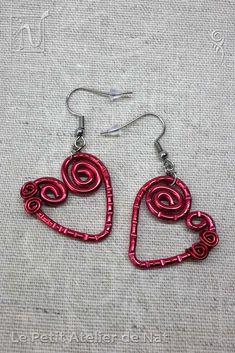 Boucles d'oreille « Coeur passionné» v1 - Réalisation [ Fait-Main ] avec du fil d'aluminium (Ø2 et Ø0,8). Les crochets d'oreille, ainsi que les chaînes, sont en acier inoxydable, matériau hypoallergénique comme le fil d'aluminium. Ces petites boucles, toutes simples, se dandinent tranquillement selon les mouvements. À la forme simple d'un coeur, les marques et le serpentin agrémentent chacune des boucles pour donner une finition plus délicate et originale.
