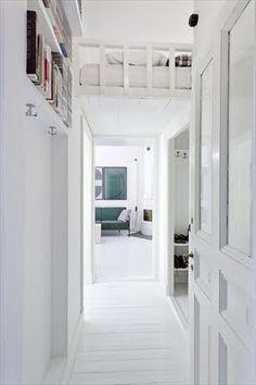 Compact living  J'ai trouvé cet appartement il y a quelque temps via le très joli blog de Maria. J'aime beaucoup les lettres au mur dans ce studio blanc à la déco épurée, mais aussi la construction intelligente du lit qui fait gagner des précieux mètres carrés dans un petit espace