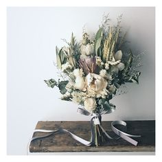 Bouquet for bride   少し小さめのワンサイドブーケ (でもトルソーにもたせたら大きく見えるw)  先日の「ふたこ座」にたまたまお立ち寄りくださった花嫁さまが ウェルカムスペースに置くお花を探してらして スワッグをみてとても気に入っていただけて 同じような感じでオーダーくださって 前撮りにもお使いくださる事になりました◎  一期一会、ご縁ですね ありがとうございました どうぞ幾久しくお幸せに❤︎   #オーダーブーケ #クラッチブーケ #花嫁準備 #結婚式準備 #結婚準備 #ナチュラルウェディング #ラスティックウェディング #ホテルウェディング #ガーデンウェディング #海外挙式 #前撮り #後撮り #持ち込みブーケ #プレ花嫁 #ドライフラワー #ドライフラワーブーケ #ブライダルヘアメイク #フォトウェディング #海外wedding #ボタニカル #trunk花嫁 #ヘッドドレス #ウェディングドレス #カラードレス #lesfavoriswedding #lesfavorisbouquet #웨딩부케 #... Hand Bouquet Wedding, Fall Wedding Bouquets, Bride Bouquets, Floral Wedding, Wedding Flowers, Dried Flower Bouquet, Blue Bouquet, Dried Flowers, February Wedding
