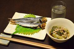 【うるめ】近所にある新町商店街の魚屋さんで見つけた「うるめ」を炙って。微かな苦味の喜びは、お酒を覚えたからならではですね。紫蘇に巻いて食べても美味しいです。付け合わせは大根の葉とひき肉を煮込んで。今日のお酒は、長野・湯川酒造店の「十六代九郎衛門」純米ひやおろしです。