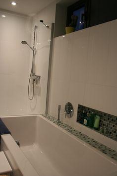 badkamer - douche en bad - witte tegels en mozaïekjes - architect a ...