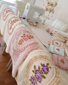 Benim buralar biraz dağınık sizde ne var ne yok 🤦♀️😅 hayırlı haftalar olsun çok  mutlu huzurlu bereketli ❤💜💗#pike #kanavice #kanaviçe… Crochet Stitches Patterns, Stitch Patterns, Crochet Men, Embroidered Towels, Luxury Towels, Decorative Towels, Bed Covers, Crochet Flowers, Cross Stitching