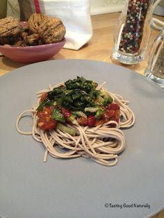 Nouilles soba à la sauce tomate et haricots rouges et sa poêlée de blettes et épinards #vegan
