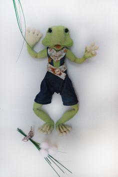 Der Frosch ist ca. 38cm groß. Je nach Wollstärke kann er kleiner oder größer werden. Der Draht als Gerippe im Körper ermöglicht die Arme, Beine und den Kopf in alle Richtungen zu biegen und zu...