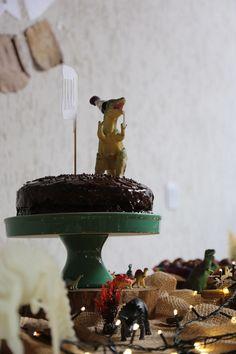 Receita do bolo de chocolate recheado de brigadeiro e morango da festa de dinos do meu filho
