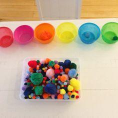 Separando os pompons por cor.