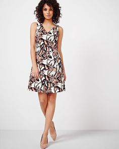 Cette robe est aussi élégante que mignonne. Parfaite pour le bureau et les événements sociaux, l'encolure en V à l'avant et au dos, ainsi que l'imprimé tendance, en font une pièce pour vos tenues classiques et originales.<br /><br />- Disponible exclusivement en ligne<br />- Col en V à l'avant et au dos<br />- Sans manches<br />- Tissu extensible<br />- Notre mannequin porte la taille 4 et mesure...
