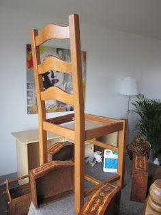 You have old chairs or have found in a flea market . Old Chairs, Salon Style, Ladder Bookcase, Home Staging, Fleas, Painting On Wood, Fall Decor, Diy And Crafts, Shelves