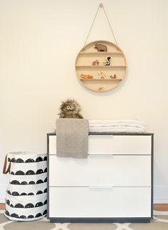 Une jolie chambre de bébé contemporaine aux tons doux