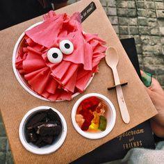 Helado con trozos de fruta y chocolates en Eyescream and Friends - Barcelona