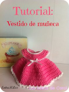 tutorial vestido de muñeca Crochet Doll Dress, Crochet Barbie Clothes, Baby Doll Clothes, Knitted Dolls, Doll Clothes Patterns, Crochet Stitches, Crochet Patterns, Crochet Baby, Knit Crochet