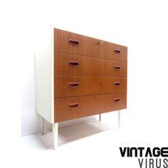 Grote vintage ladekast / commode met vier lades en witte buitenkant uit de jaren '60 – Vintage Virus
