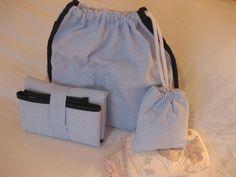Mochilita de paseo muy práctica y original. Incluye un cambiador en composé, una bolsita de género con algodón, y dos pañales para recién nacido.