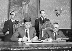 Caracas (Venezuela), muestra el instante en que los respectivos presidentes de Estados Unidos y John Fitzgerald Kennedy (en la imagen, a la izquierda) y Rómulo Betancourt (a la derecha), Venezuela,