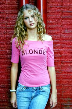Taylor Swift ambition: Taylor posed with a bright pink sweater with the word 'Blonde' written on it Taylor Swift Hot, Young Taylor Swift, Beautiful Taylor Swift, Taylor Swift Pictures, Taylor Swift Curly Hair, American Music Awards, Taylor Swift Photoshoot, White Blonde, Glamour Shots