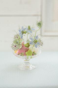 カラフルな吸水性スポンジで、花との色合わせを楽しんで。/身近な器でやさしい花レッスン(「はんど&はあと」2013年4月号)