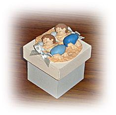 Linda lembrancinha em caixinha mdf 4x4 tampa 5x5 -  Gemeos dormindo azul e azul royal  para chá de bebe, maternidade,nascimento    na cor de sua preferencia  confeccionados em biscuit    não enviamos amostra  pedido minimo = 25 unidades    colocamos nome da criança na caixinha em biscuit com formato coração fininho ou folhinha.    embalagem = saquinho celofane fitinha de cetim na cor de sua preferencia e tag personalizada no tema R$ 6,25