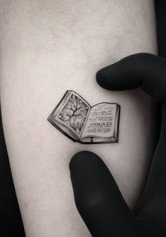 geometric shape tattoo Geometrictattoos is part of Book tattoo - Mini Tattoos, Dreieckiges Tattoos, Body Art Tattoos, Small Tattoos, Sleeve Tattoos, Ankle Tattoos, Arrow Tattoos, Tatoos, Delicate Tattoo