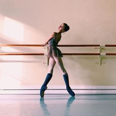 Caregiver and Dancer. Ballerinas, Ballet Dancers, Princesa Tutu, Yoga Bewegungen, Ft Tumblr, Yoga Posen, Dance Poses, Ballet Photography, Ballet Poses