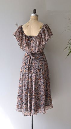 Vintage 1970s Samuel Blue cotton blend dress, lightweight with small floral print, elastic shoulders, flutter collar, fitted waist, tie belt and back zipper. --- M E A S U R E M E N T S ---  fits like: small/medium bust: 34-36 waist: 27-28 hip: free length: 46 brand/maker: Samuel Blue condition: excellent  ✩ layaway is available for this item  To ensure a good fit, please read the sizing guide: http://www.etsy.com/shop/DearGolden/policy  ✩ more vintage dresses ✩…