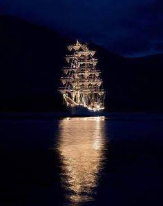 Veliero illuminato nel golfo di Napoli