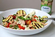 Salát s pečenými rajčátky, tuňákem a mozzarellou