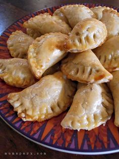Cinco de Mayo is almost upon us. I have had a craving for empanadas for a while now and I decided to make a recipe at home that utilized store bought pie crust dough. I came across a great tip for preparing shredded chicken when I was planning out this re Chicken Empanadas, Empanadas Recipe, Baked Empanadas, Mexican Dishes, Mexican Food Recipes, Mexican Meals, Nachos, Green Chili Chicken, Pepper Chicken