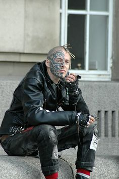 london punk to the curb Facial Tattoos, Hot Tattoos, Black Tattoos, Punk Subculture, Selfies, Post Apocalyptic Fashion, Full Body Tattoo, Tattoo Photography, Bild Tattoos